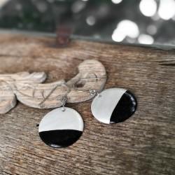 Minimalista kerámia ékszer - gyöngyház / fekete kör fülbevaló