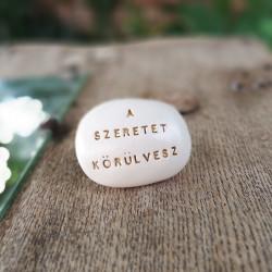 Varázskavics - A SZERETET KÖRÜLVESZ arany